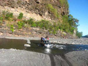 taxi 4x4 dans le lit de la rivière des galets